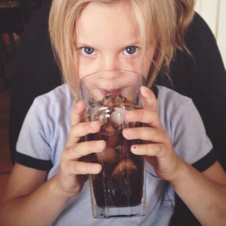 zuga-las-bebidas-podrian-voler-a-los-niños-violentos