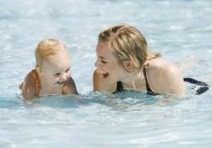 beneficios-natacion-bebes-L-_LvB3I