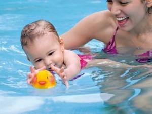 juegos-divertidos-para-el-bebe-en-la-piscina_articulo_landscape